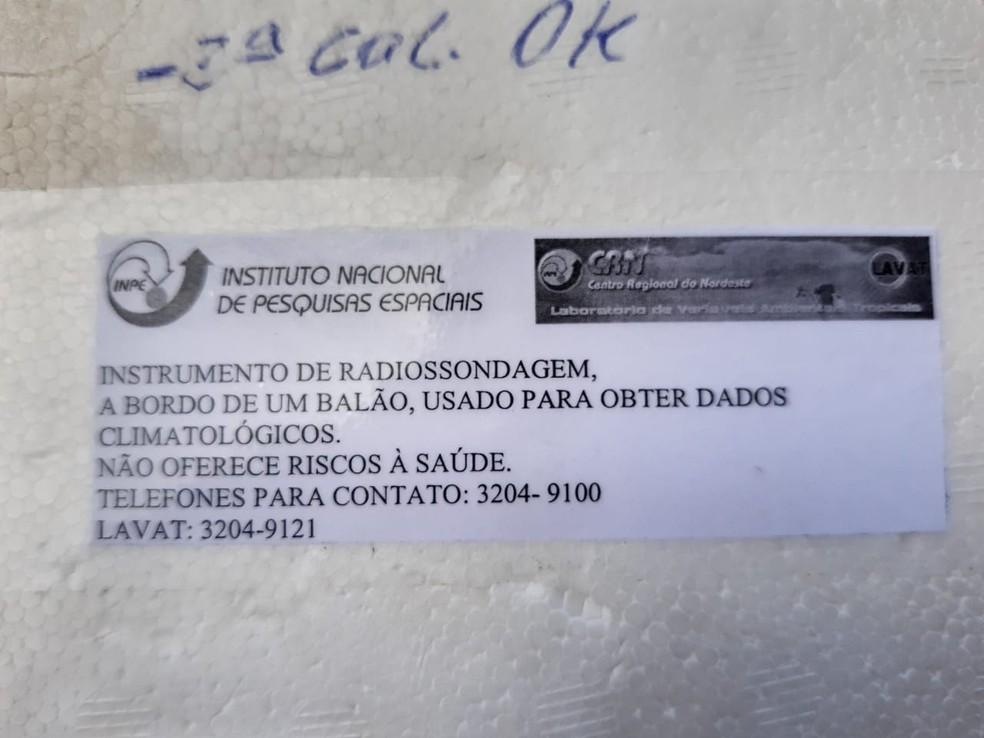 Aviso na caixa diz que objeto não oferece riscos à saúde — Foto: Lucas Cortez/Inter TV Cabugi
