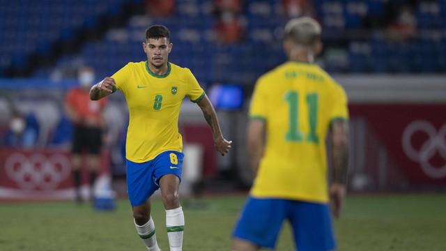 Bruno Guimarães procura Antony. Dupla se destacou na estreia