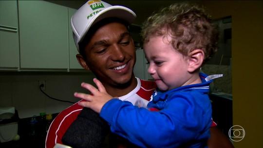 """""""Senna"""" de Ubaitaba, Isaquias se diz fã de Ceni e Galvão, fala sobre ser pai e desafia Tiago Leifert no FIFA"""