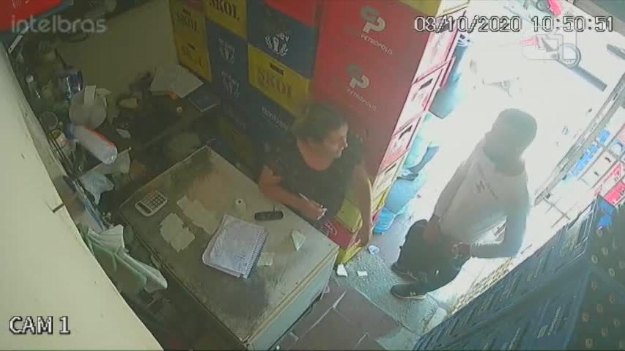 Vídeos mostram dupla realizando assalto em depósito de bebidas na Zona Sul
