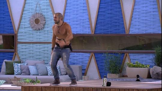Kaysar dança empolgado em noite de Final