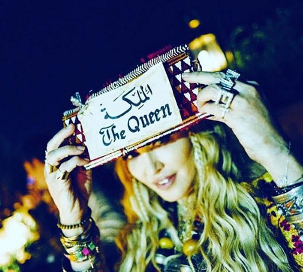 Em uma das imagens, a pop star posou segurando um cartaz escrito rainha em árabe e ao lado a tradução em inglês (Foto: Reprodução/Instagram)