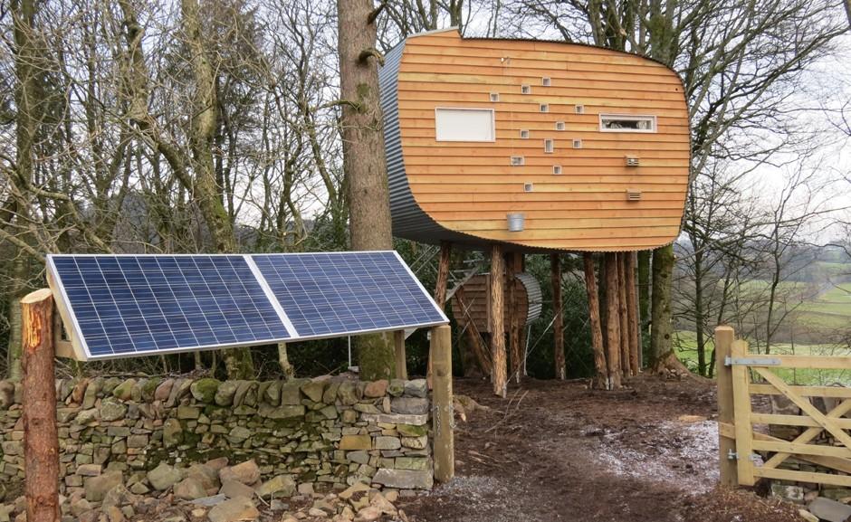 Toda a casa é abastecida por energia solar. O grande painel para a captação da luz fica em frente ao portão de entrada