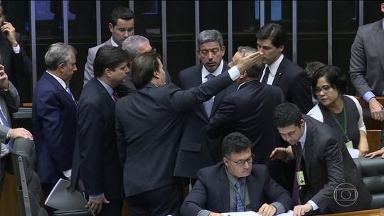 Reforma política tem votação adiada outra vez por falta de acordo