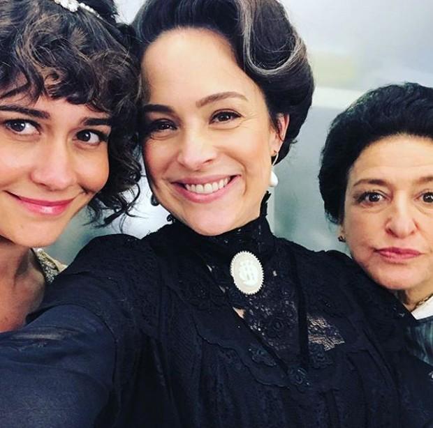Alessandra Negrini, Gabriela Duarte e Gianoukas em cena de 'Orgulho e Paixão' (Foto: Reprodução/Instagram)