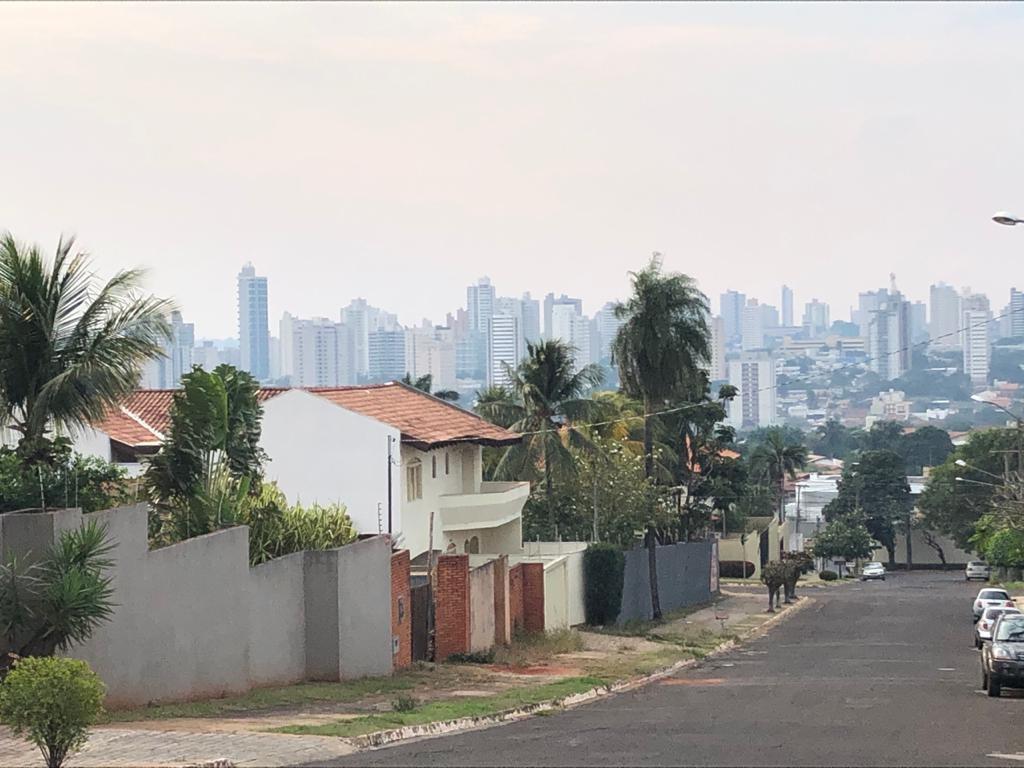 Fumaça de incêndio no Pantanal viaja quase 430 km e deixa céu da Capital de MS acinzentado