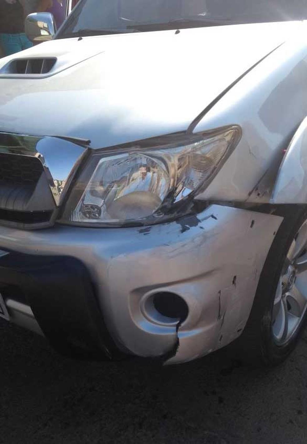 Briga de trânsito foi provocada por uma batida que teria sido causada por motorista de caminhonete. (Foto: Polícia Militar/Divulgação)