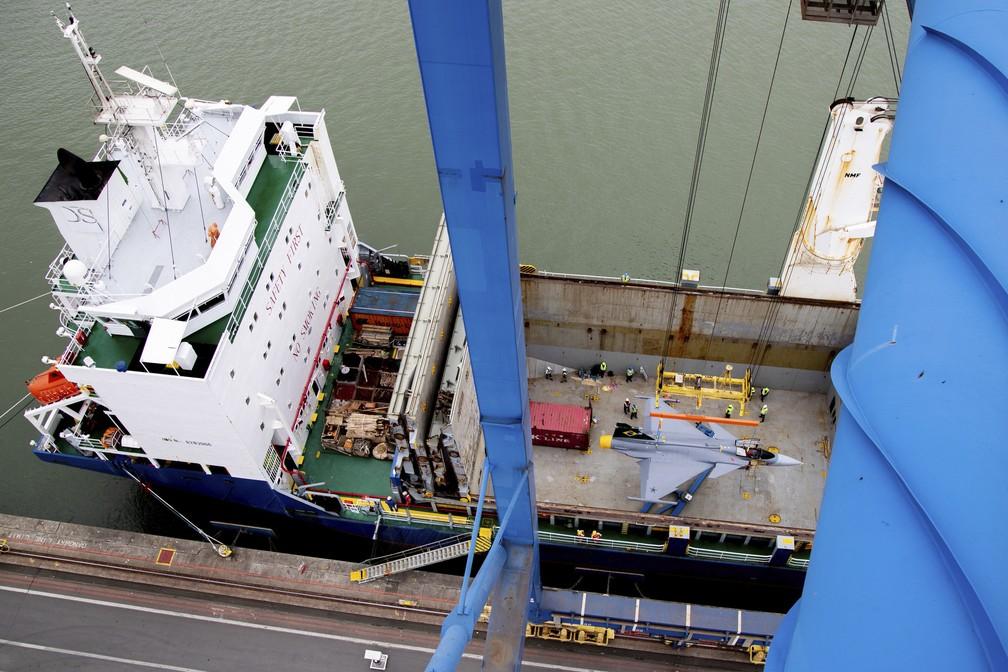 Caça Gripen da FAB chegou ao Brasil de navio pelo porto de Navegantes — Foto: Saab/Divulgação