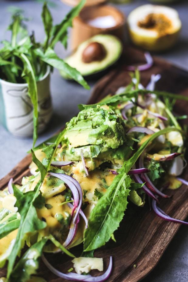 Salada de endívias com avocado e molho de maracujá (Foto: Simplesmente)