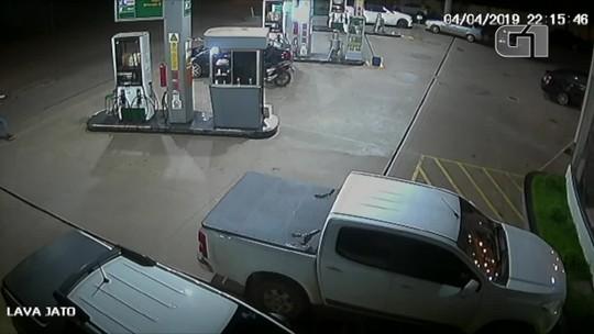 Criminosos assaltam posto de combustível e trocam tiros com policial à paisana; veja vídeo