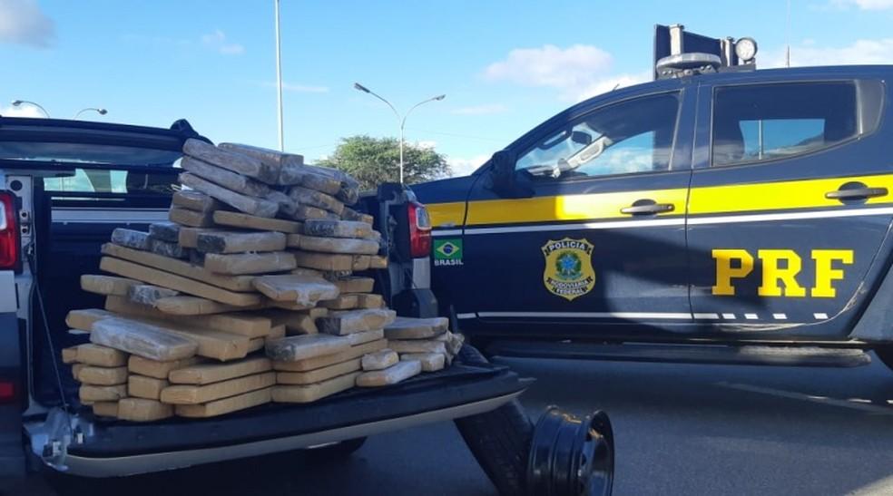Maconha apreendida em caminhonete na BR-116, na Bahia — Foto: PRF/ Divulgação