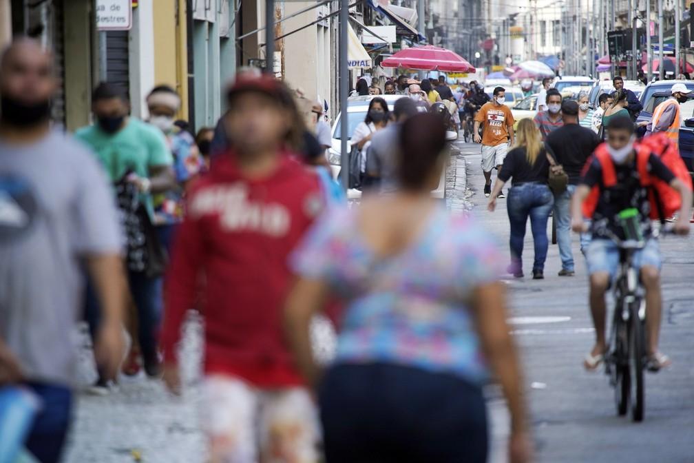 Saara, no Centro do Rio, teve lojas abertas e movimentação de clientes na terça-feira (16) — Foto: Marcos Serra Lima/G1