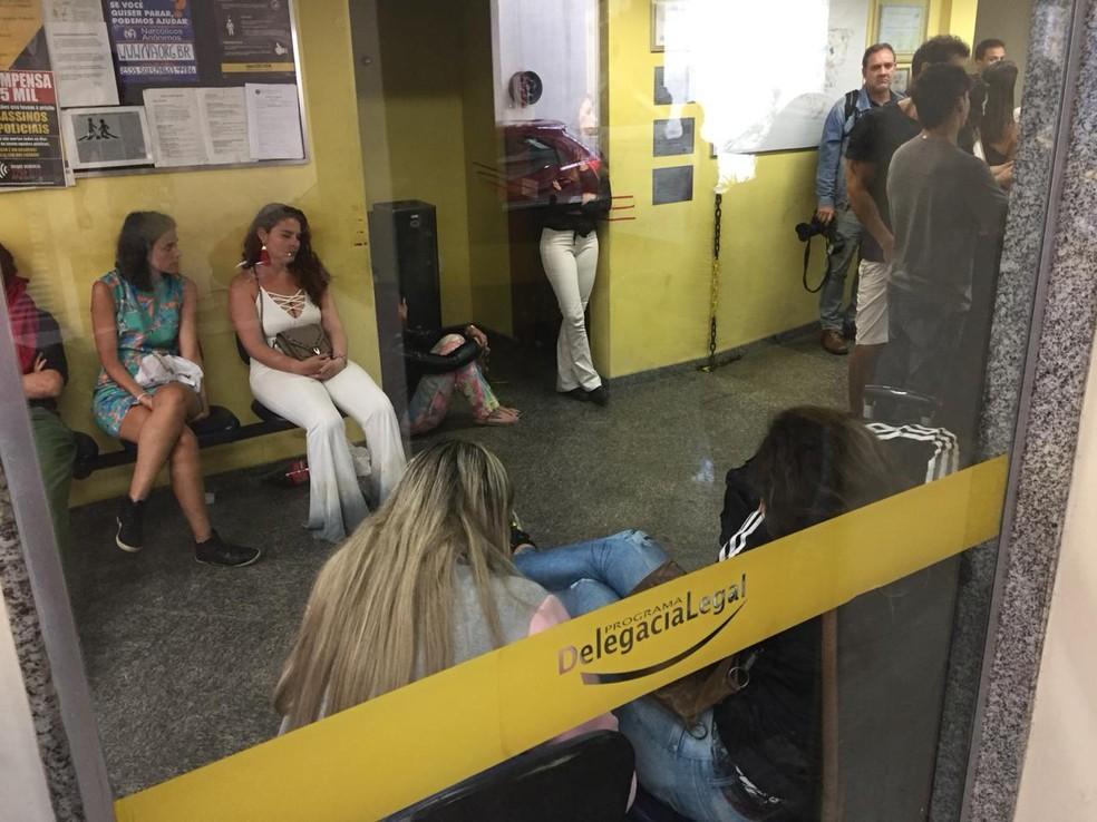 Vítimas que foram furtadas em evento no Maracanãzinho passaram a manhã na 18ª DP (Praça da Bandeira) — Foto: Fernanda Rouvenat / G1