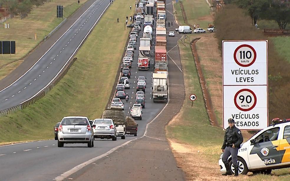 Polícia Rodoviária orientou o motoristas durante protesto de caminhoneiros  (Foto: Sérgio Oliveira/EPTV)