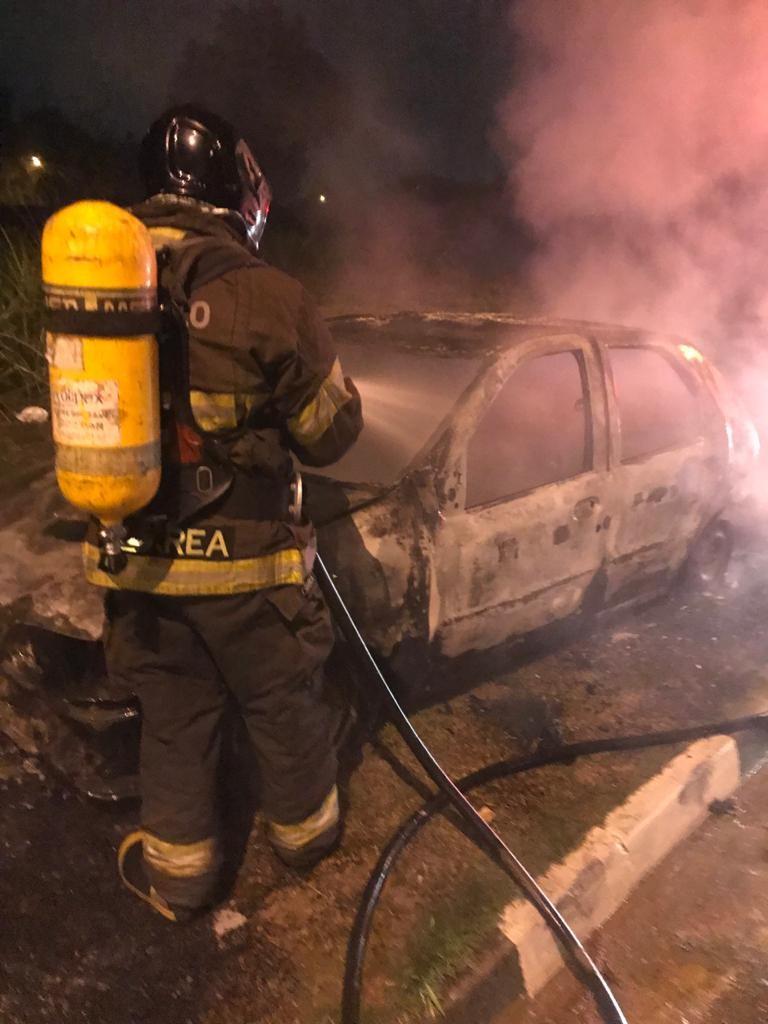 Carro com placas de Campinas é incendiado em via entre Vinhedo e Valinhos