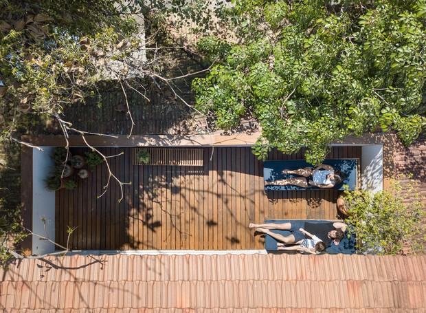 Em dias de sol, a família divide espaço nas espreguiçadeiras sobre o deck de ipê (Foto: Joana França/Divulgação)