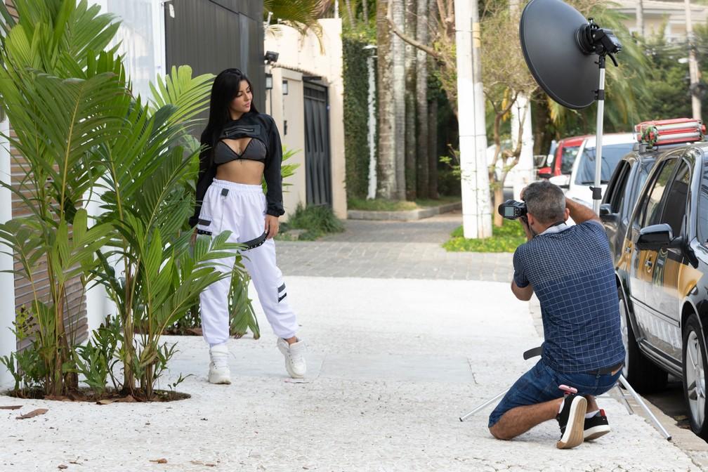 A modelo Paloma Sanchez Carvalho posa para fotógrafo em rua do Jardim Europa, na Zona Sul de São Paulo.  — Foto: Marcelo Brandt/G1