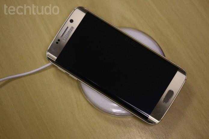 Para carregar um celular basta colocar o gadget em cima do Samsung Wireless Charger Pad (Foto: Lucas Mendes/TechTudo)