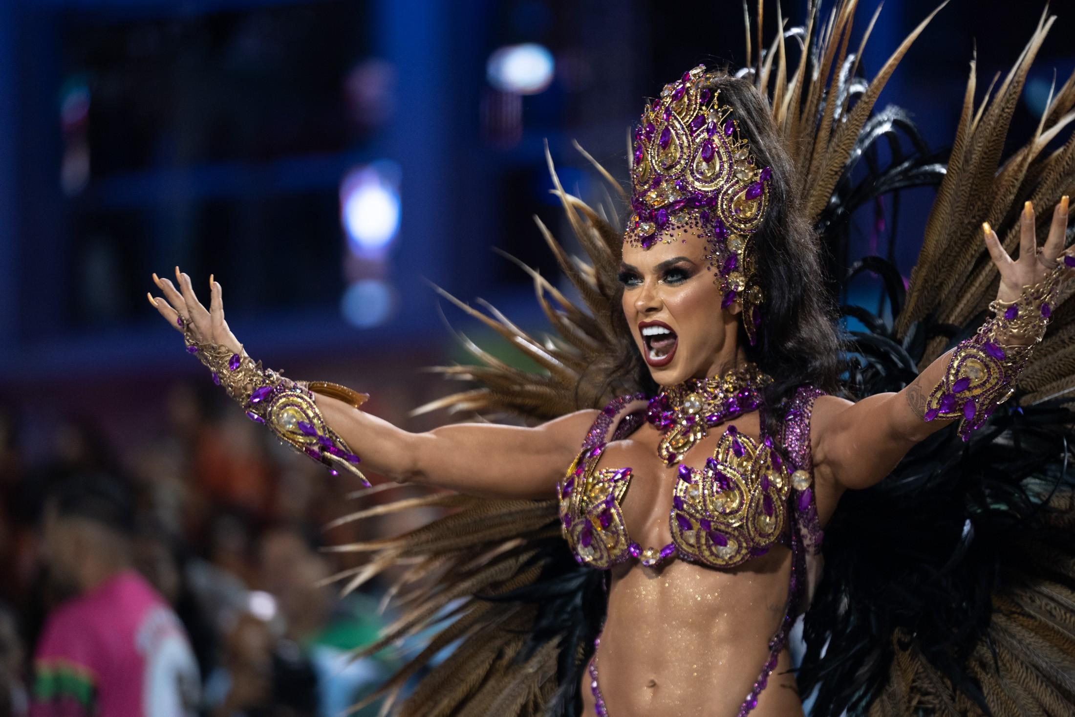 'Estou toda arrepiada', diz Renata Spallicci após estreia como rainha da bateria da Barroca Zona Sul