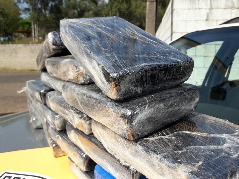 Tabletes de cocaína estavam com boliviano (Foto: Betto Lopes/TV Fronteira)