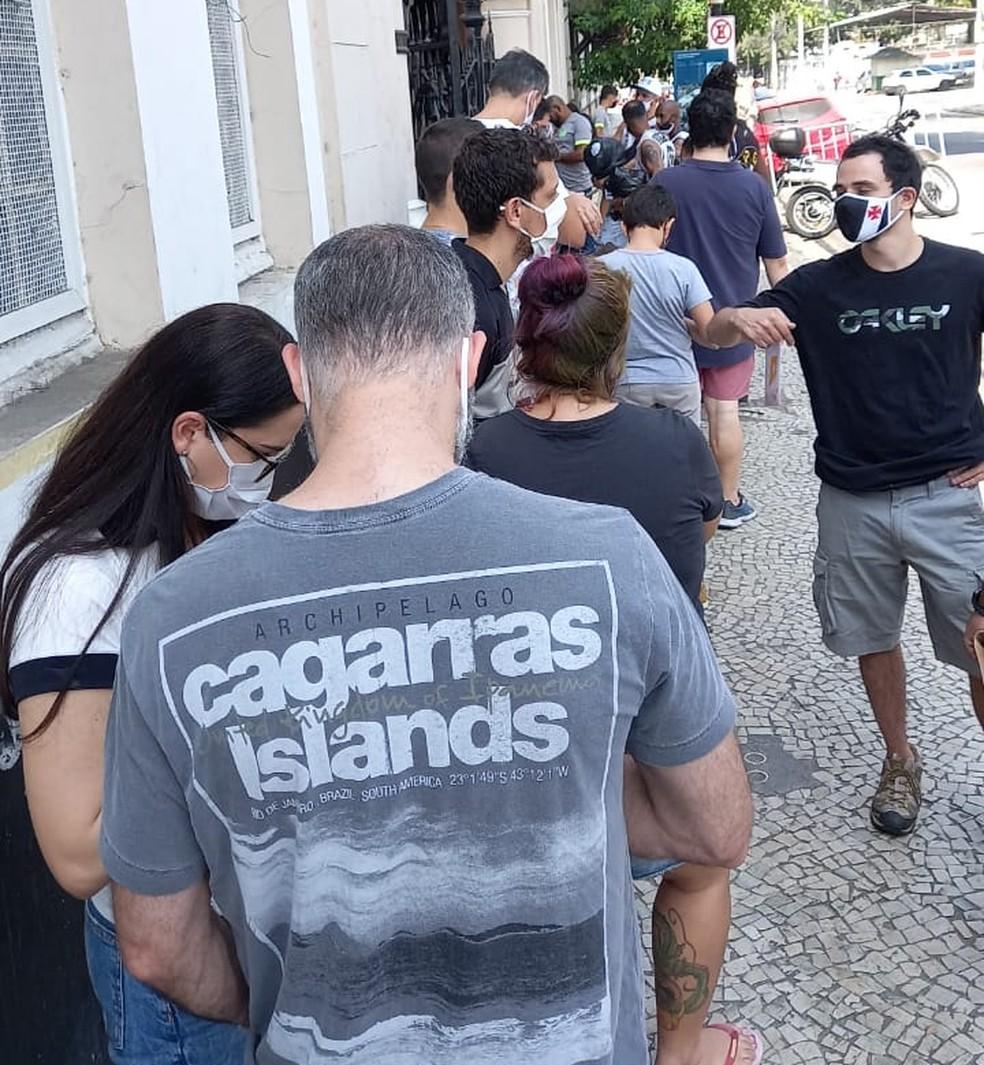 A fila na porta de São Januário neste sábado — Foto: Reprodução