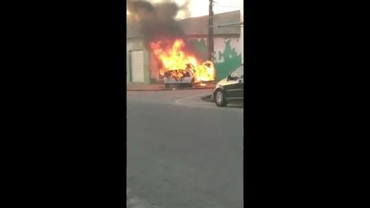VÍDEO: carro pega fogo no Benedito Bentes, em Maceió