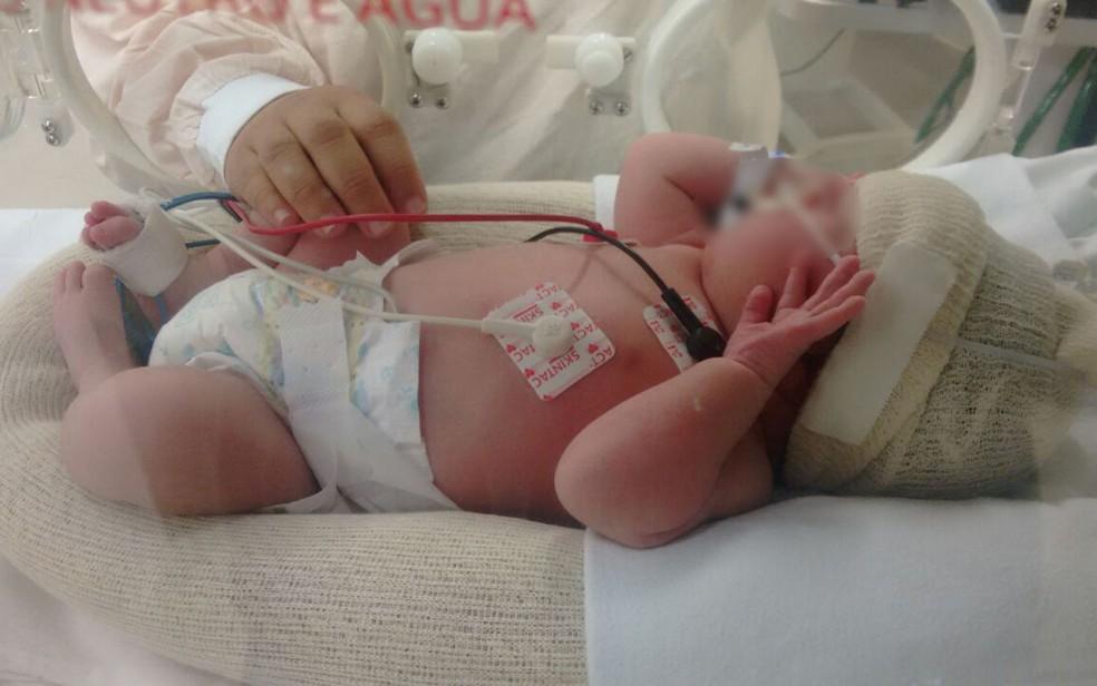 O bebê Thiago Oller na UTI do Hospital Planalto, em Itaquera (Foto: Arquivo Pessoal)