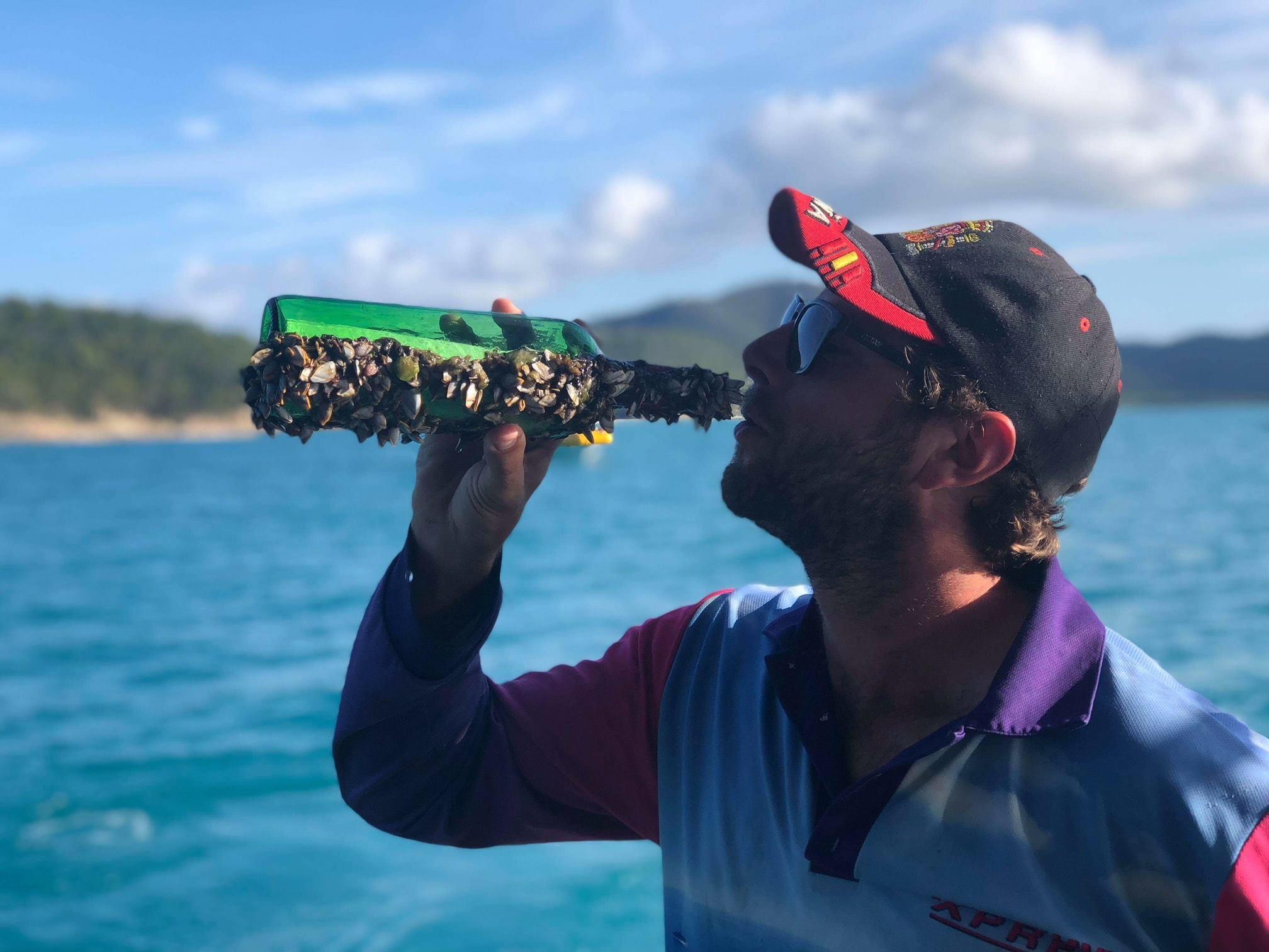 Foto da garrafa compartilhada pelo operador de turismo local Daniel McNally. (Foto: Reprodução / Facebook)