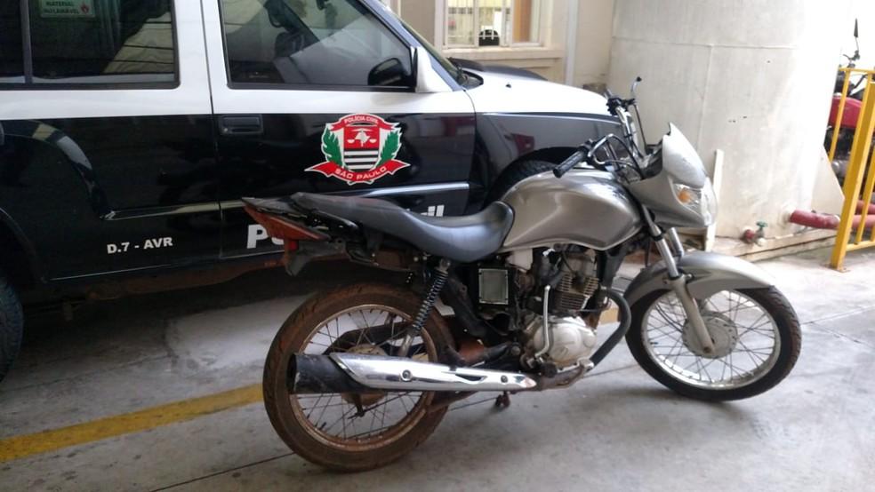 Homem é preso após esconder moto roubada em sua residência em Avaré (Foto: Divulgação/Policia Civil)