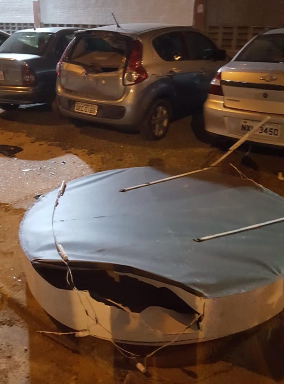 Parte do letreiro de uma faculdade se desprendeu e caiu sobre um carro na Zona Sul de Teresina — Foto: Reprodução