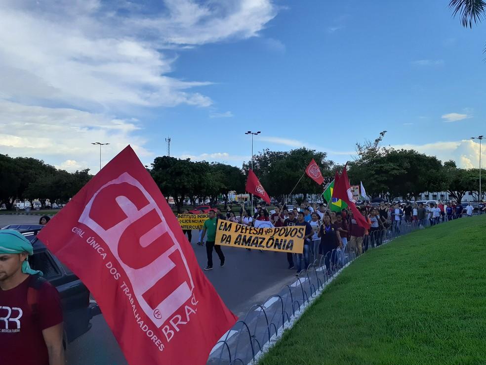 Manifestantes chegando a Praça do centro Cívico às 16h — Foto: Fabrício Araújo/G1 RR