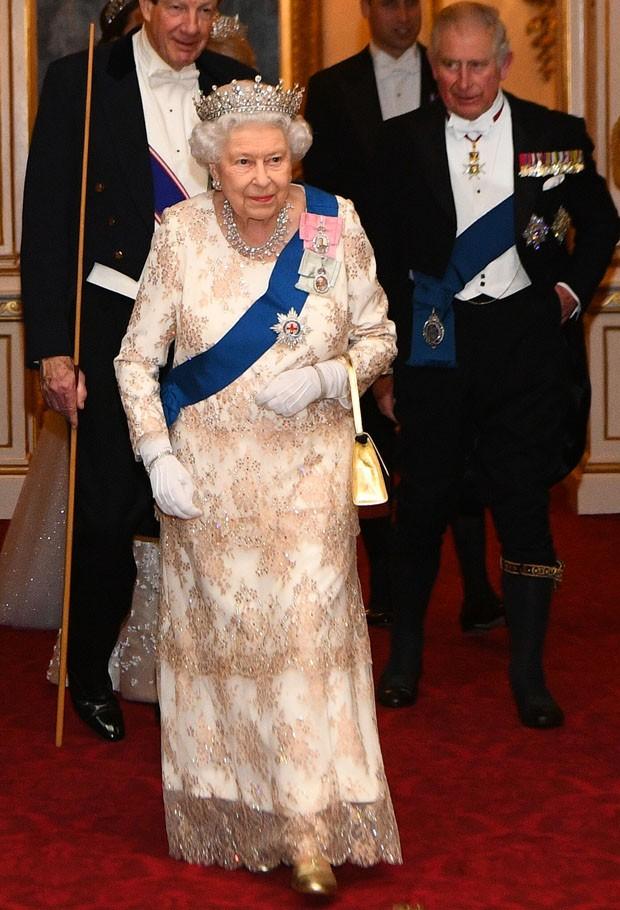 Elizabeth II, com Charles (à direita, ao fundo) (Foto: Getty Images)