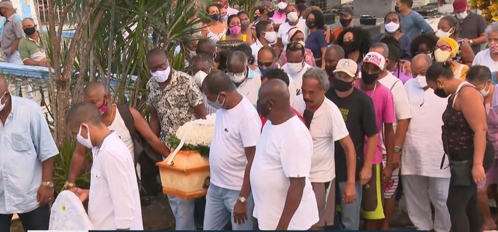 Enterro de mulher morta no Curuzu — Foto: Reprodução/TV Bahia