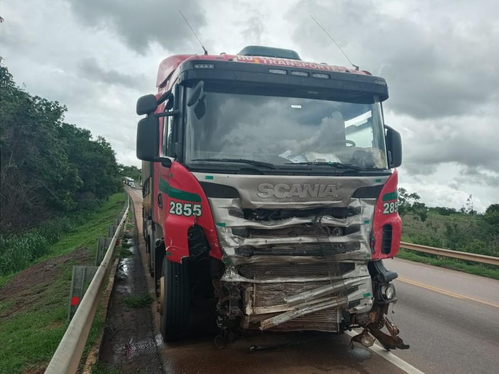 Carreta ficou danificada após colisão com caminhonete, na BR-163, em Pedro Gomes (MS). — Foto: Sidney Assis/Foto