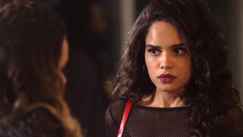Paulina aconselha a amiga a ir para casa, mas Vera Lúcia vai atrás do boy (Foto: TV Globo)