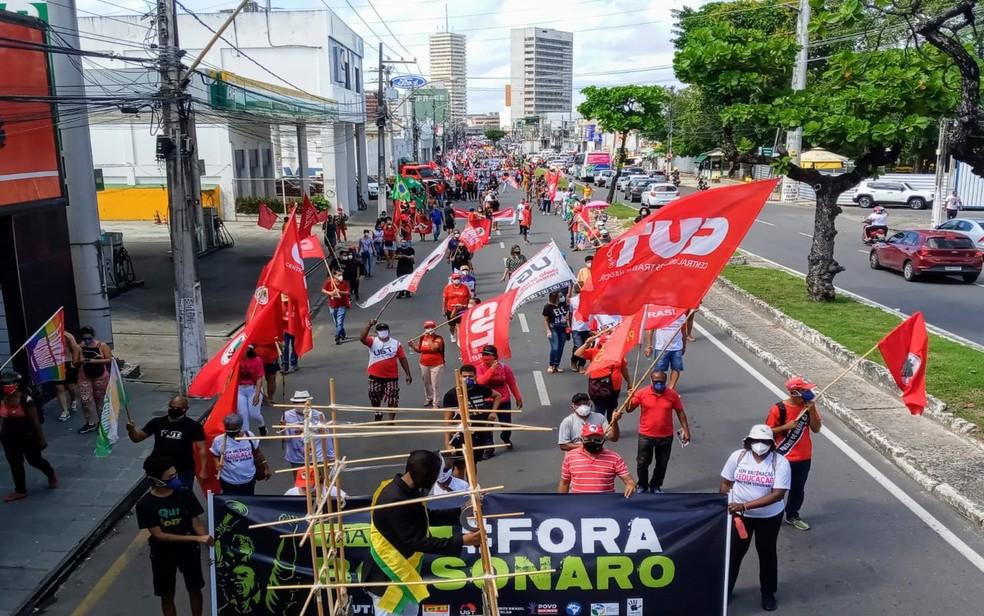 Manifestantes saem em marcha pelas ruas da capital — Foto: CUT/SE