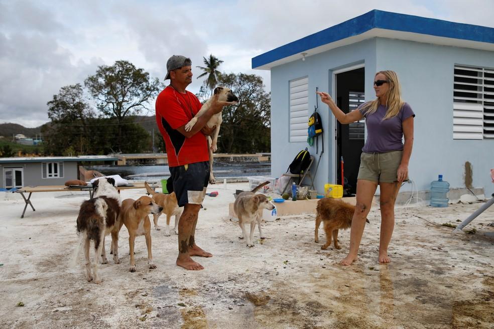 Furacão deixou bairro em que Sandra Harasimowicz e o marido, Gary Rosario, moravam coberto de lama  (Foto: Carlos Garcia Rawlins/ Reuters)