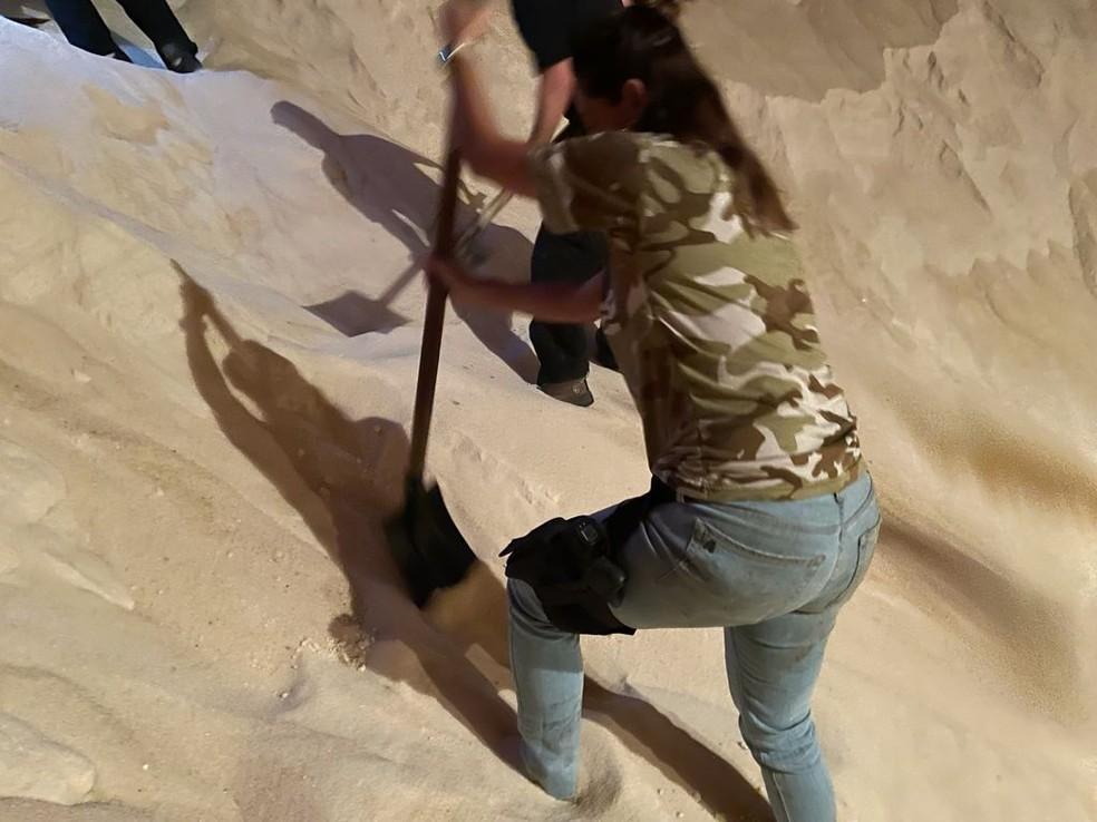 Policiais ficaram mais de 10 horas cavando para encontrar cocaína escondida em carga de açúcar — Foto: Divulgação/Polícia Federal