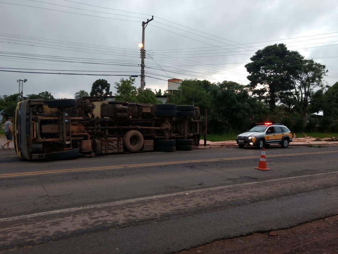 Caminhão carregado de madeiras tomba na ERS-020, em Gravataí