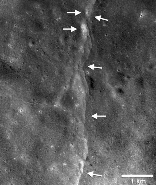 Uma das falhas na superfície lunar; quando a Lua se encolhe, parte do córtex lunar se ergue e é empurrada sobre outra; as áreas mais brilhantes indicam zonas recentemente expostas por sismos (Foto: NASA/GSFC/ARIZONA STATE UNIVERSITY/SMITHSONIAN via BBC)