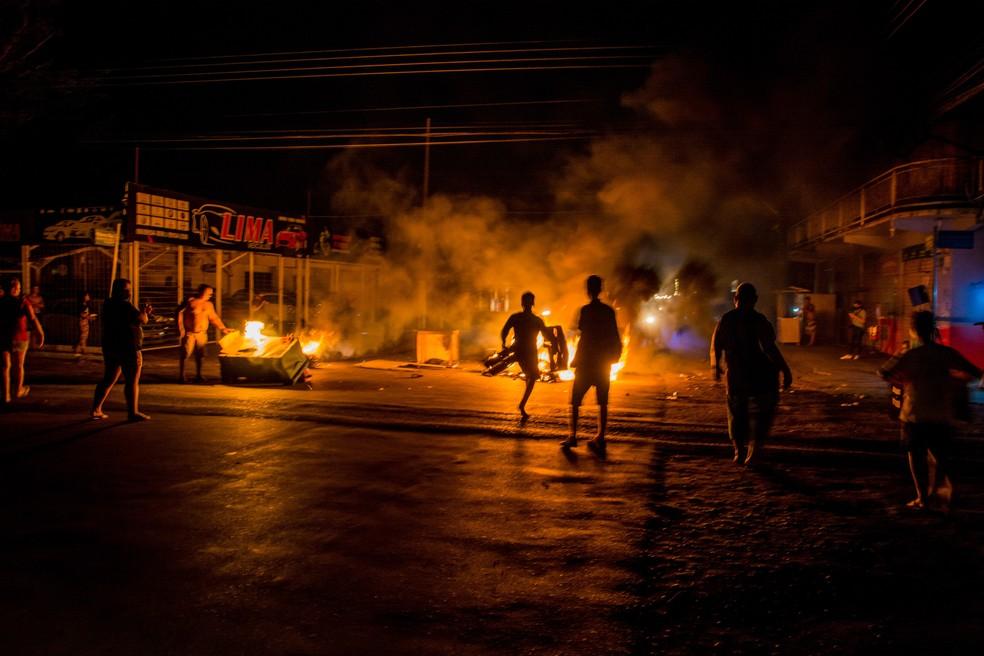 Moradores da capital do Amapá, em Macapá, fazem protestos durante apagão — Foto: Maksuel Martins/Estadão Conteúdo