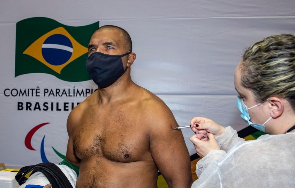 O judoca paralímpico Antônio Tenório recebe dose da vacina em São Paulo — Foto: Alê Cabral/CPB