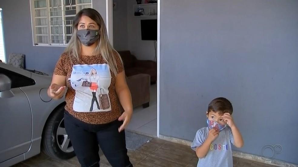 Tatiane com o filho Lorenzo, de 3 anos: diagnóstico positivo para a Covid-19 para os dois no mesmo dia — Foto: TV TEM/Reprodução