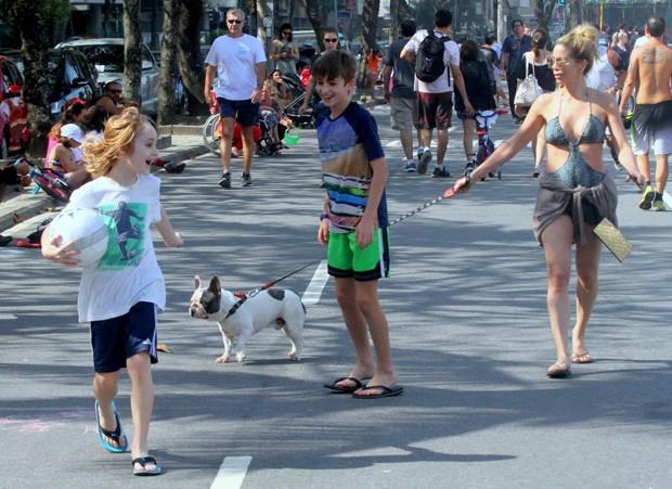 Danielle Winits e os filhos em dia de praia (Foto: AgNews)