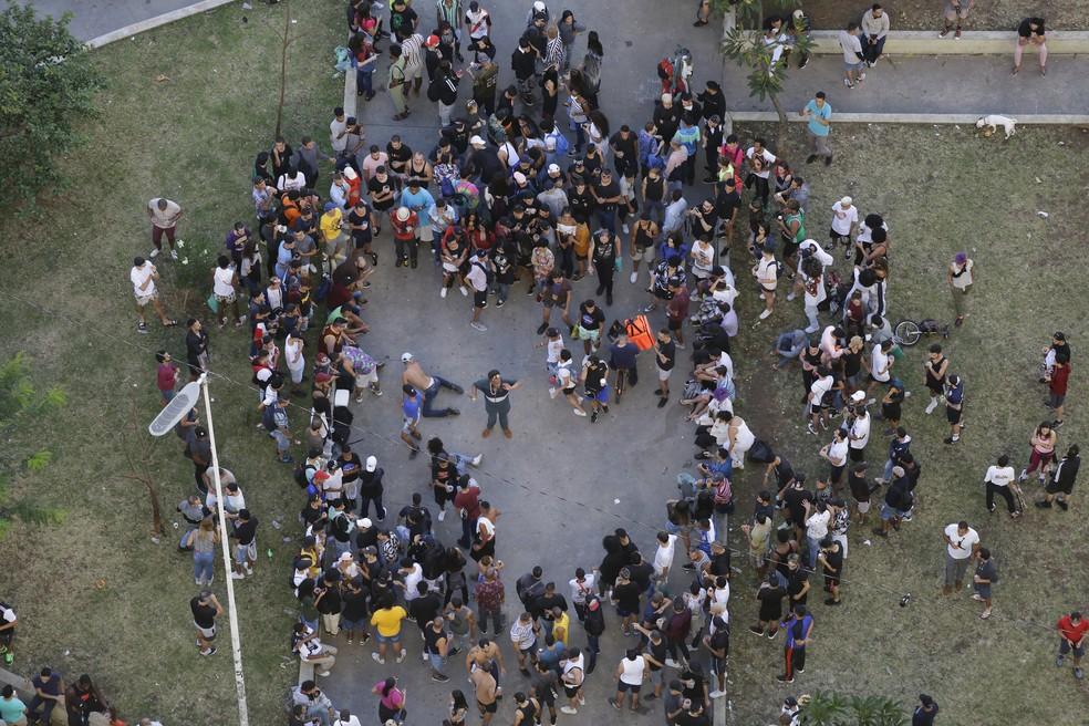 Jovens, a maioria sem máscara, se aglomeram na Praça Franklin Roosevelt, no Centro de São Paulo, neste domingo (17) — Foto: Nelson Antoine/Estadão Conteúdo