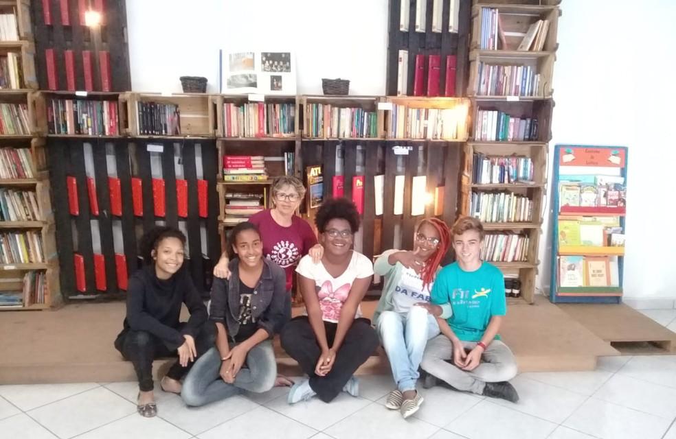 Virgínia, primeira à esquerda, ajudou a fundar biblioteca comunitária no bairro Novo Horizonte — Foto: Virgínia Santos/Arquivo Pessoal