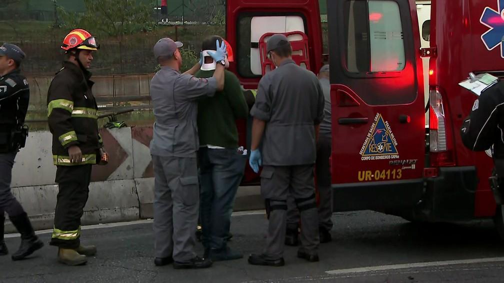 Homem é socorrido após ficar ferido em acidente entre ambulância e carro na Av. Roberto Marinho — Foto: Reprodução TV Globo