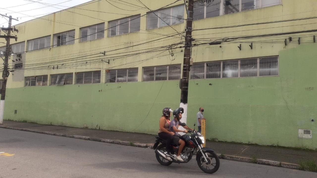 Moradores de São Vicente relatam abandono e vandalismo no antigo Centro de Combate ao Coronavírus