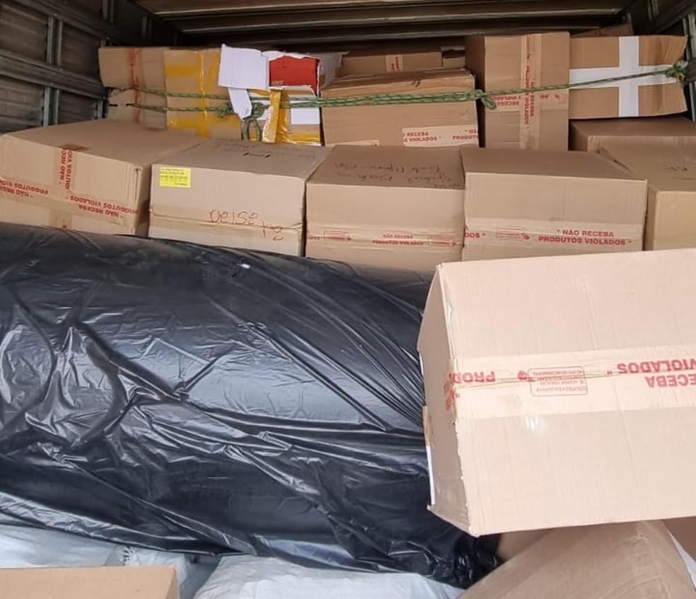 Homem é preso após ser flagrado com carga de calçados falsificados em Feira de Santana — Foto: Divulgação/Polícia Civil