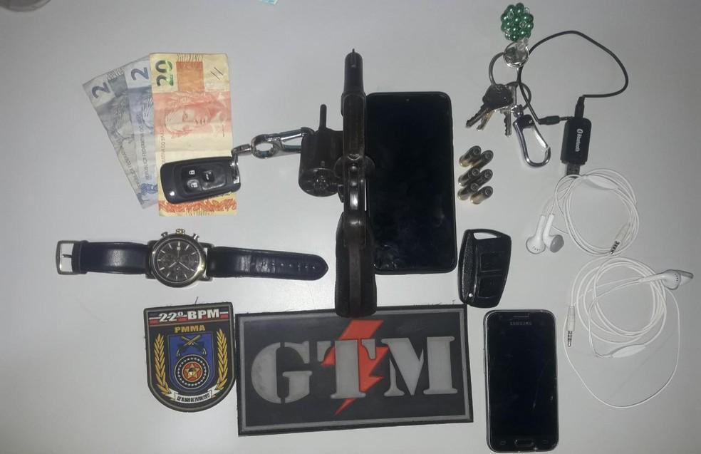 Trio é preso com carro roubado e portando arma de fogo na Grande São Luís. — Foto: Divulgação/22º BPM.
